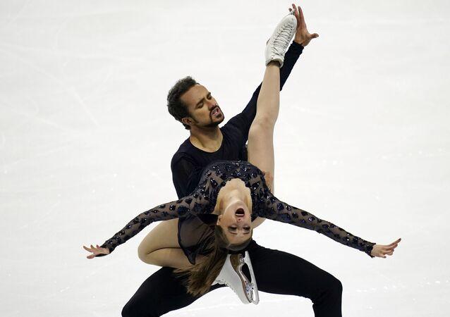 الأمريكيان مولي سيسانيك ويهور يهوروف خلال فقرة الرقص الحر في بطولة التزحلق على الجليد الأمريكية، 16 يناير 2021، في لاس فيجاس.