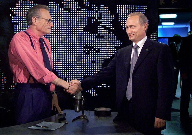 الرئيس الروسي، فلاديمير بوتين، يصافح الإعلامي الأمريكي، لاري كينغ، قبل تسجيل برنامج لاري كينغ شو في نيويورك بالولايات المتحدة في 8 سبتمبر/ أيلول 2000