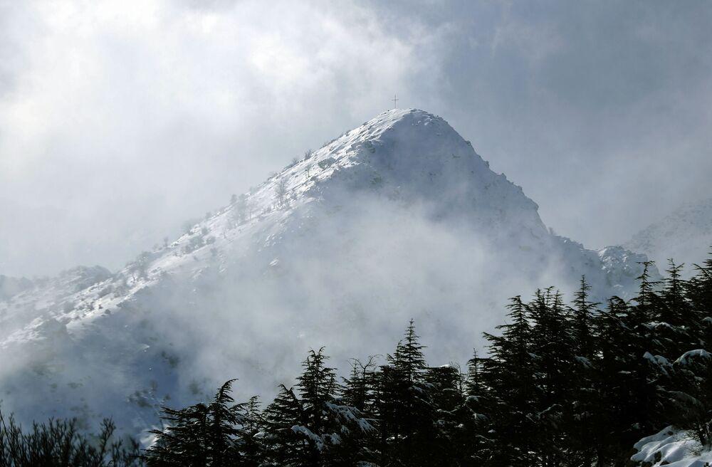 الجبال مغطاة في منطقة تنورين التحتا، لبنان 22 يناير2021