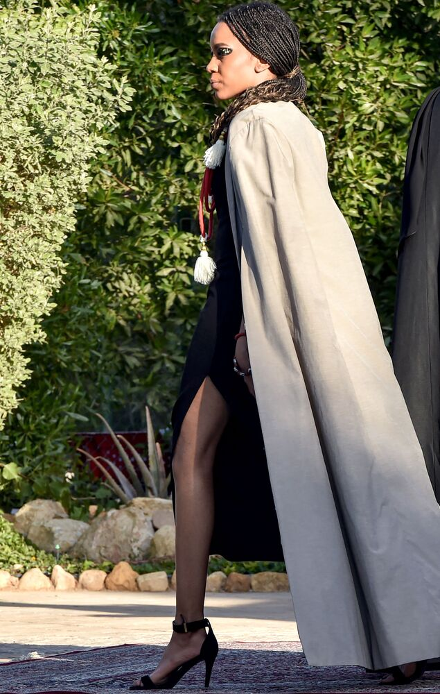 عارضة أزياء خلال تقديم مجموعة خليك شيك (ابقَ أنيقًا) للمصممين السعوديين والبلجيكيين صفية حسين وكريستوف بوفاي، في المقر البلجيكي في حي السفارات بالعاصمة السعودية الرياض، 23 يناير 2021