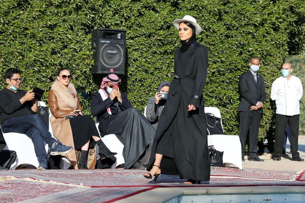 عرض أزياء لمجموعة عبايات من تصميم الأميرة السعودية صفية حسين في المقر البلجيكي في حي السفارات بالعاصمة السعودية الرياض، 23 يناير 2021