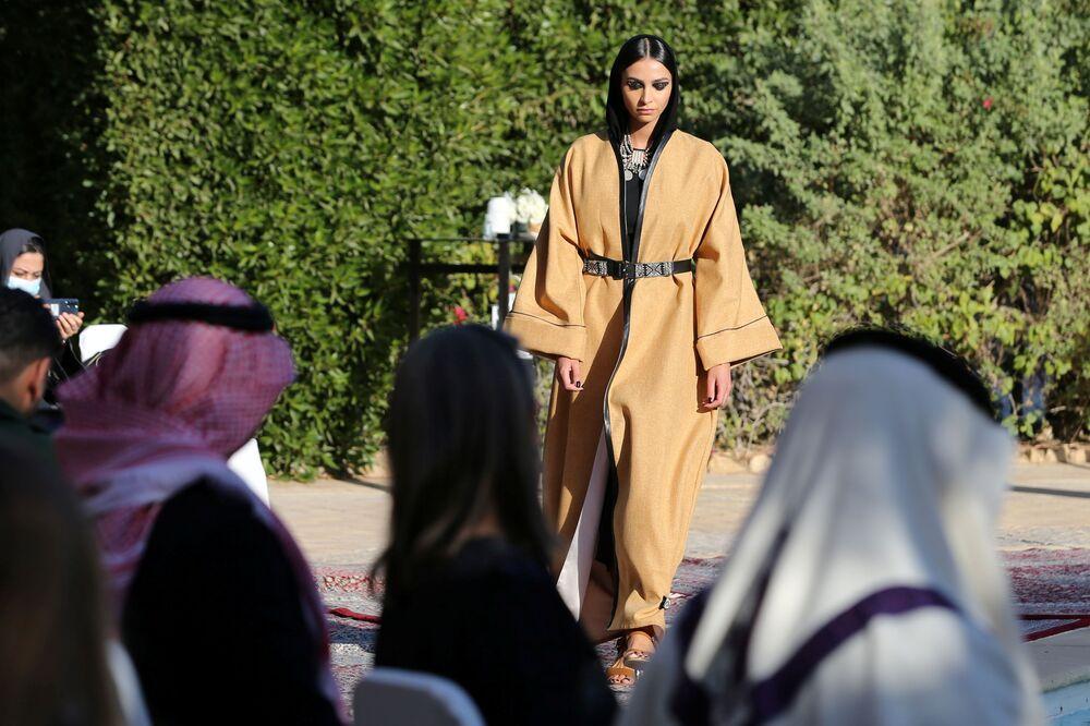 الأميرة السعودية هناء بنت خالد بن سعد آل فيصل خلال عرض أزياء لمجموعة عبايات من تصميم الأميرة السعودية صفية حسين في المقر البلجيكي في حي السفارات بالعاصمة السعودية الرياض، 23 يناير 2021