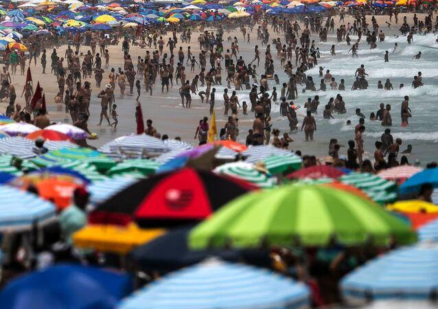آلاف المواطنين البرازيليين توجهوا إلى شاطئ إبانيما في ريو ي جانيرو، بالرغم من نفشي فيروس كورونا في البرازيل 24 يناير 2021