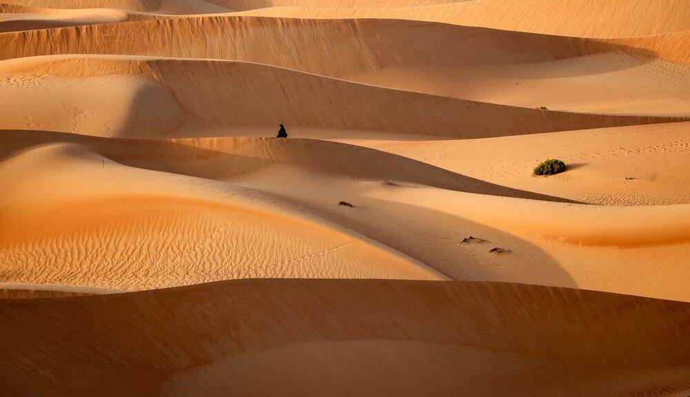 سائحة في الواحة الصحراوية في منتجع تلال (Telal Resort) في ضواحي مدينة العين في أقصى شرق إمارة أبو ظبي الإمارات العربية المتحدة 26 يناير 2020.
