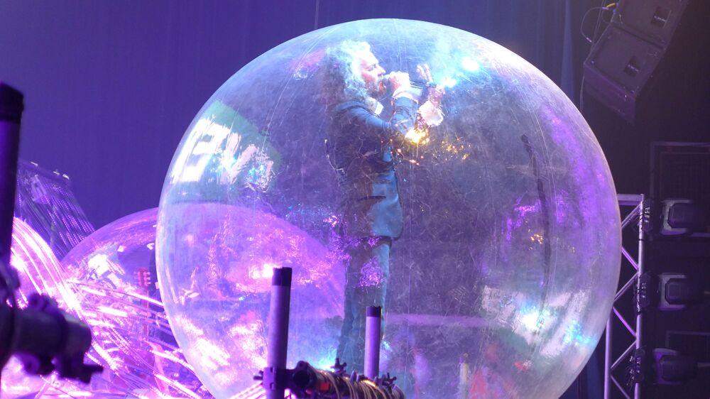 حفل موسيقي للفرقة فلايمينغ ليبس (Flaming Lips) داخل الفقاعات البلاستيكية، كإجراء وقائي لمنع انتشار فيروس كورونا(المسبب لمرض كوفيد-19) في كريتيريون في أوكلاهوما ستي، الولايات لمتحة 22 يناير 2021