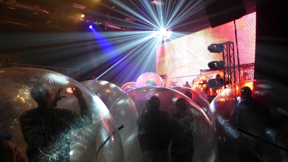 الجمهور داخل الفقاعات البلاستيكية، المستخدمة كإجراء احترازي لمنع انتشار فيروس كورونا (المسبب لمرض كوفيد-19)، خلال حفل موسيقي لفرقة فلايمينغ ليبس (Flaming Lips) وفق قاعدة التباعد الاجتماعي في كريتيريون في أوكلاهوما سيتي، الولايات المتحدة، 22 يناير 2021