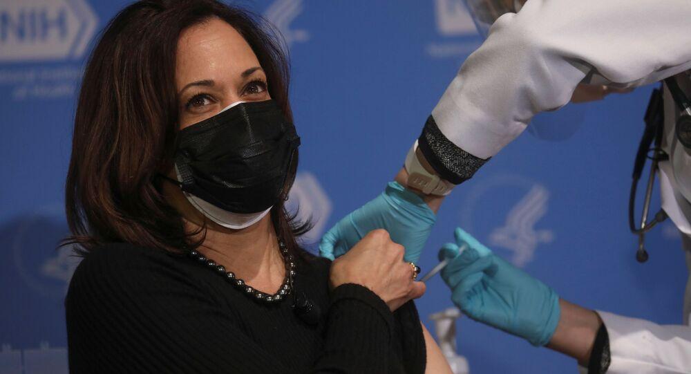 كامالا هاريس تتلقي الجرعة الثانية من اللقاح المضاد لكورونا