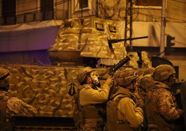 أفراد قوات الجيش اللبناني خلال الاشتباكات مع المتظاهرين في طرابلس شمالي لبنان، 26 يناير 2021