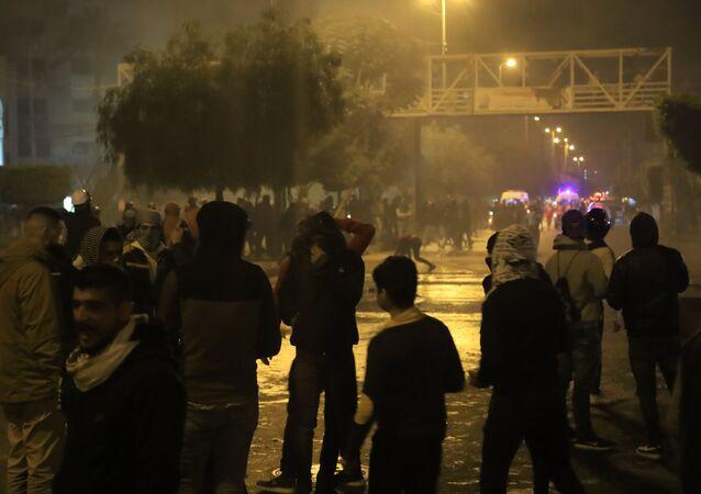 احتجاجات عنيفة واشتباكات بين المتظاهرين وقوى الأمن أمام سرايا طرابلس بلبنان