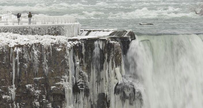 بخار الماء يتحول إلى جليد في شلالات نياجرا، الولايات المتحدة 27 يناير 2021
