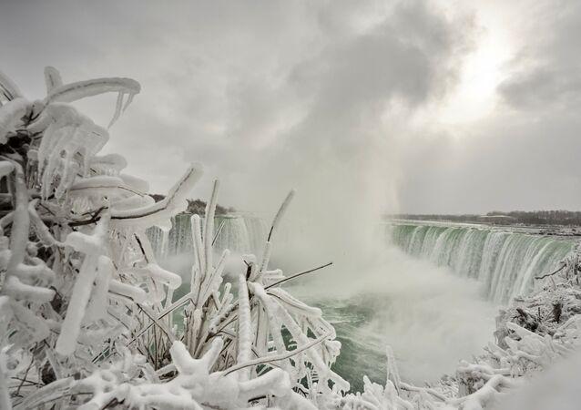 بخار الماء يتحول إلى جليد في شلالات نياجرا، أونتاريو، كندا 27 يناير 2021