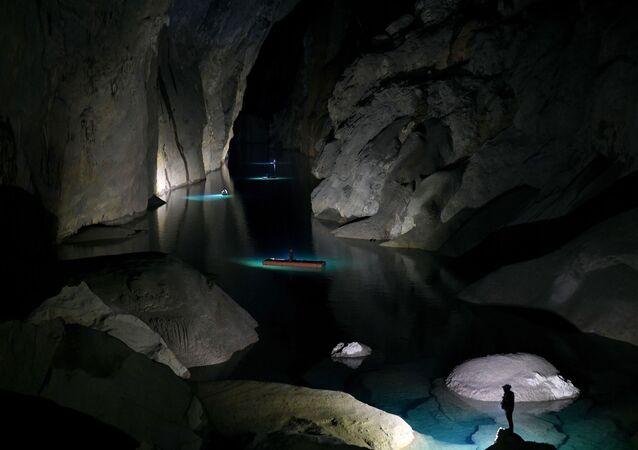 سياح داخل كهف شاندونغ، أحد أكبر الكهوف الطبيعية في العالم، خلال جولة في مقاطعة كوانغ بينه بوسط فيتنام، 19 يناير 2021