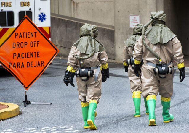رجال الطوارئ الأمريكيون يتعاملون مع تسرب كيماوي