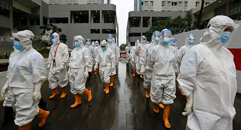 عمال الرعاية الصحية، يرتدون معدات الوقاية الشخصية، يستعدون لاستقبال وعلاج مرضى (كوفيد-19) في مستشفى الطوارئ في قرية الرياضيين، جاكرتا، إندونيسيا، 26 يناير 2021