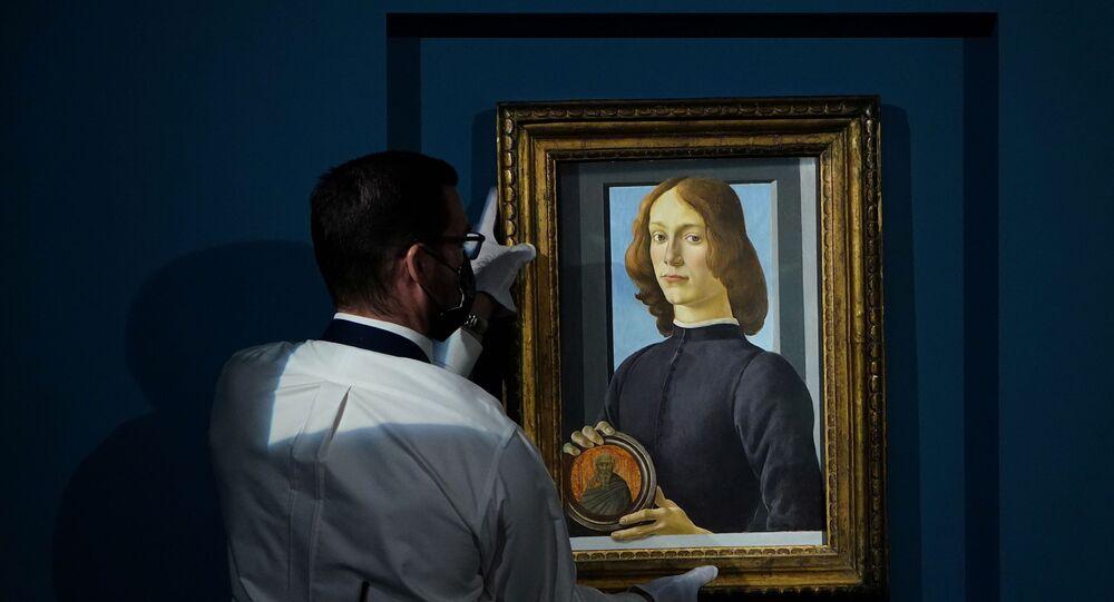 لوحة الشاب الذي يحمل ميدالية للفنان الإيطالي ساندرو بوتيتشيلي