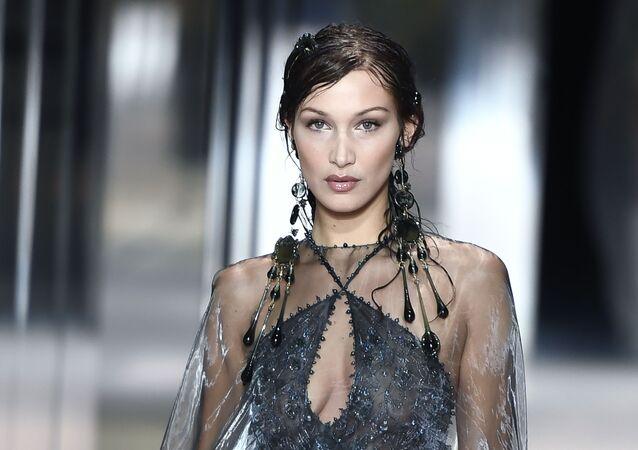 بيلا حديد في أسبوع الموضة في باريس
