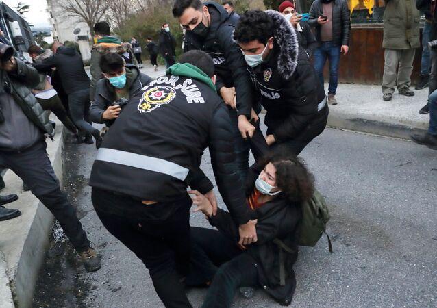 طلاب جامعة بوغازيتشي يحتجون على تعيين أردوغان رئيس الجامعة الجديد واحتجاز العشرات من أصدقائهم في إسطنبول
