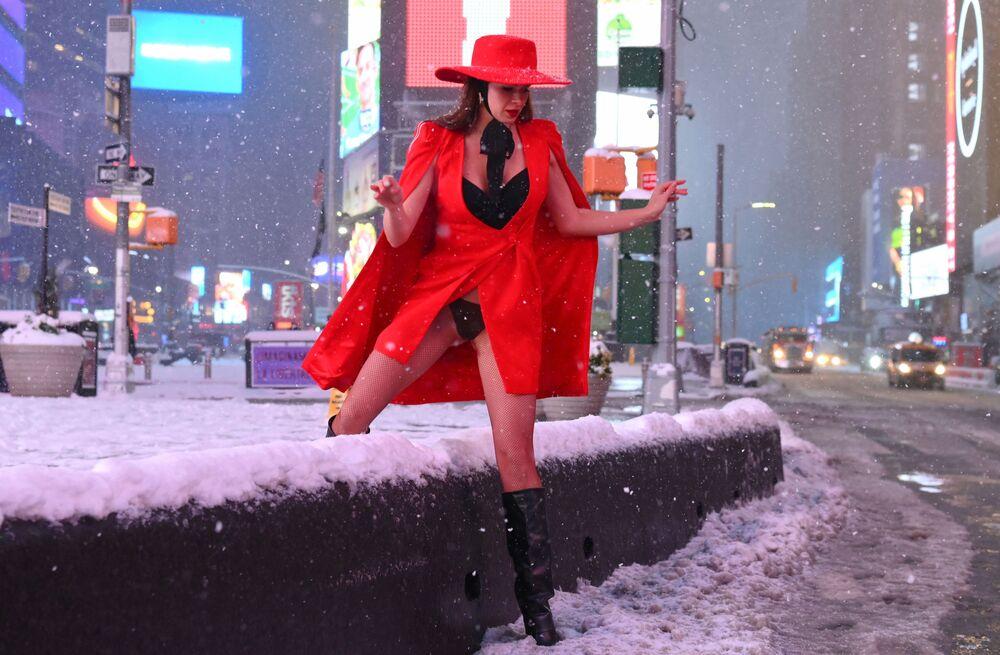 امرأة تحاول عبور الطريق خلال عاصفة ثلجية ضخمة وصلت مدينة نيويروك، الولايات المتحدة الأمريكية 1 فبراير 2021