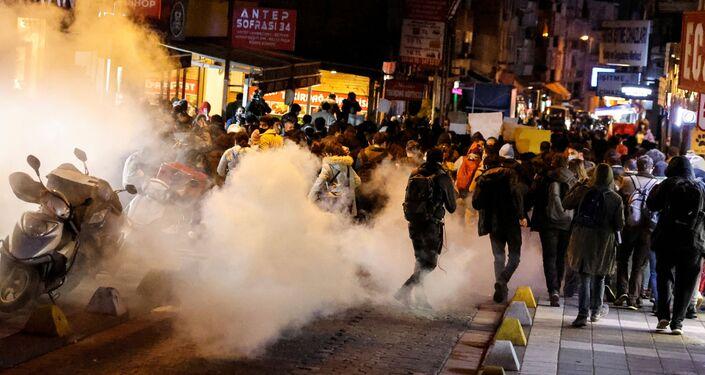 تظاهرات أمام جامعة بوغازيتشي تضامناً مع الطلاب داخل الحرم الجامعي، الذين يحتجون على رئيس الجامعة الجديد واعتقال طالبين في اسطنبول، تركيا، 2 فبراير 2021