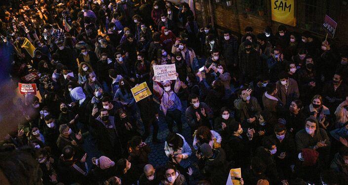 تظاهرات أمام جامعة بوغازيتشي تضامناً مع الطلاب داخل الحرم الجامعي، الذين يحتجون على رئيس الجامعة الجديد واعتقال طالبين في اسطنبول، تركيا، 1 فبراير 2021