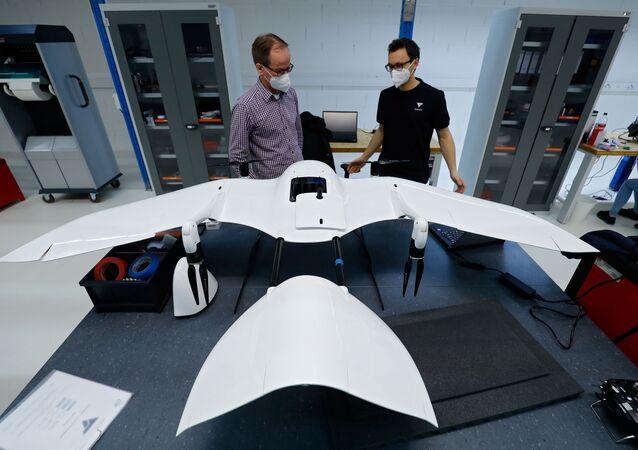 يعمل موظفو شركة وينغكوبتر (Wingcopter) الألمانية الناشئة على طائرة بدون طيار، التي صُممت لتوزيع المنتجات الطبية، بالإضافة إلى لقاحات كوفيد-19، وسط استمرار انتشار كوفيد-19، في فايترشتات بالقرب من دارمشتات، ألمانيا، 2 فبراير 2021