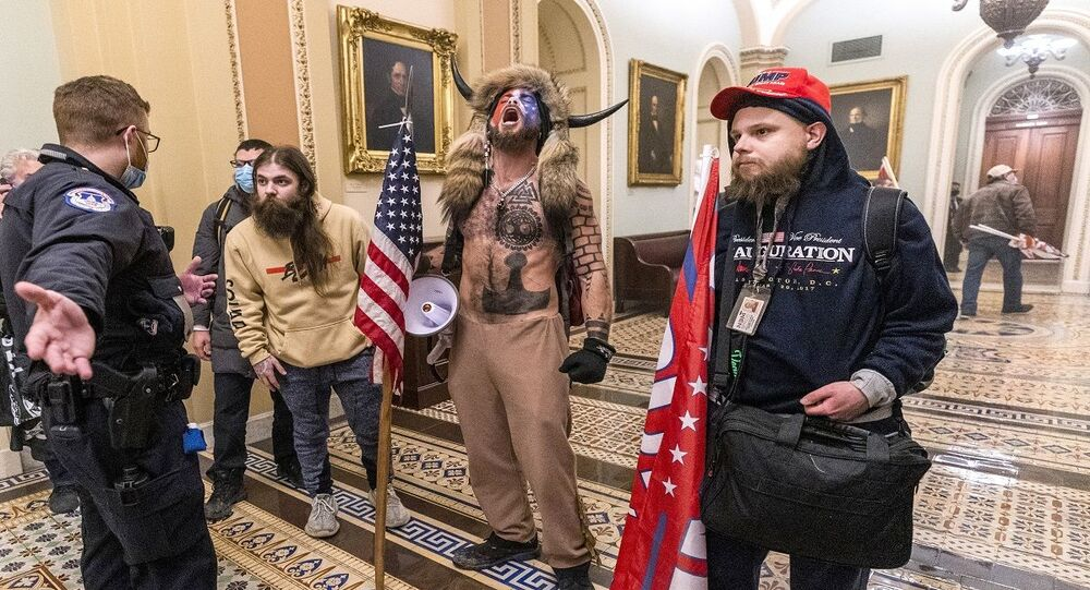 جيك أنجيلي المتهم باقتحام الكونغرس والمعروف بـ ذو القرنين