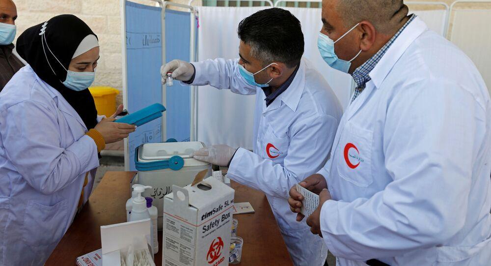 تطعيم الأطباء في بيت لحم بلقاح موديرنا ضد فيرويس كورونا، الضفة الغربية، فلسطين 3 فبراير 2021