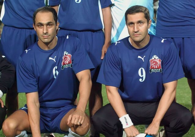 علاء مبارك مع شقيقه جمال مبارك في صورة مع لاعبي فريق الصقور قبل مباراة مع لاعبين قدامى من فريق فالنسيا الإسباني في بطولة كأس الماسترز الدولية لكرة القدم في القاهرة أواخر 29 سبتمبر/ أيلول 2007