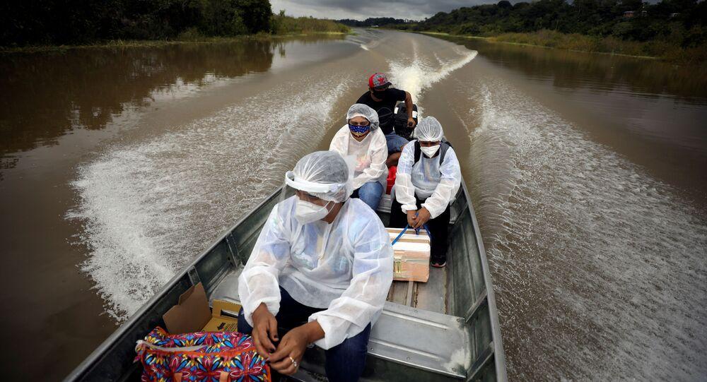 يتوجه العاملون الطبيون إلى سكان النهر لتلقي التطعيم بلقاح أسترازينيكا ضد فيروس كورونا في البرازيل، 3 فبراير 2021