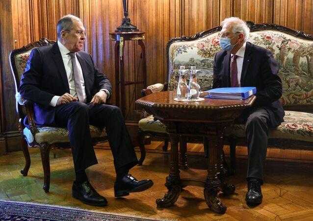 وزير خارجية روسيا سيرغي لافروف ورئيس الدبلوماسية الأوروبية، جوزيب بوريل