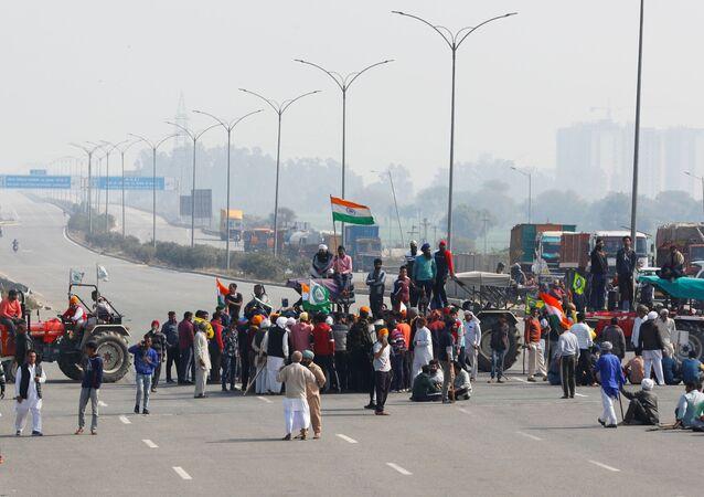 مزارعون يشاركون في إغلاق طريق لمدة 3 ساعات، كجزء من احتجاجات ضد قوانين المزارع على طريق سريع في ضواحي نيودلهي، الهند، 6 فبراير/ شباط 2021