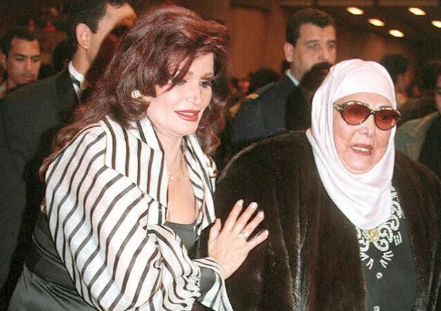 الراقصة والممثلة المصرية السابقة تحية كاريوكا (إلى اليمين) تساعد الراقصة المصرية نجوى فؤاد (إلى اليسار)