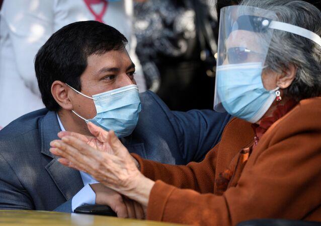 المرشح الرئاسي في الإكوادور أندريس أراوز مع جدته فلور سيرفينا البالغة من العمر 106 أعوام خلال إدلائها بصوتها في الانتخابات الرئاسية