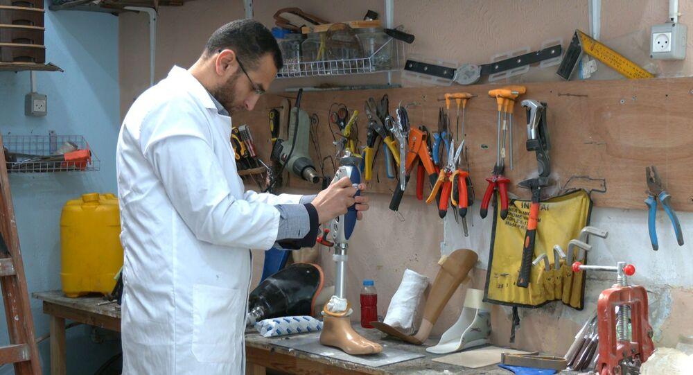 الشاب الفلسطيني محمد الخالدي يفتتح مركزه الطبي المختص بالأطراف الصناعية، مدينة رفح جنوب قطاع غزة، فلسطين 08 فبراير 2021