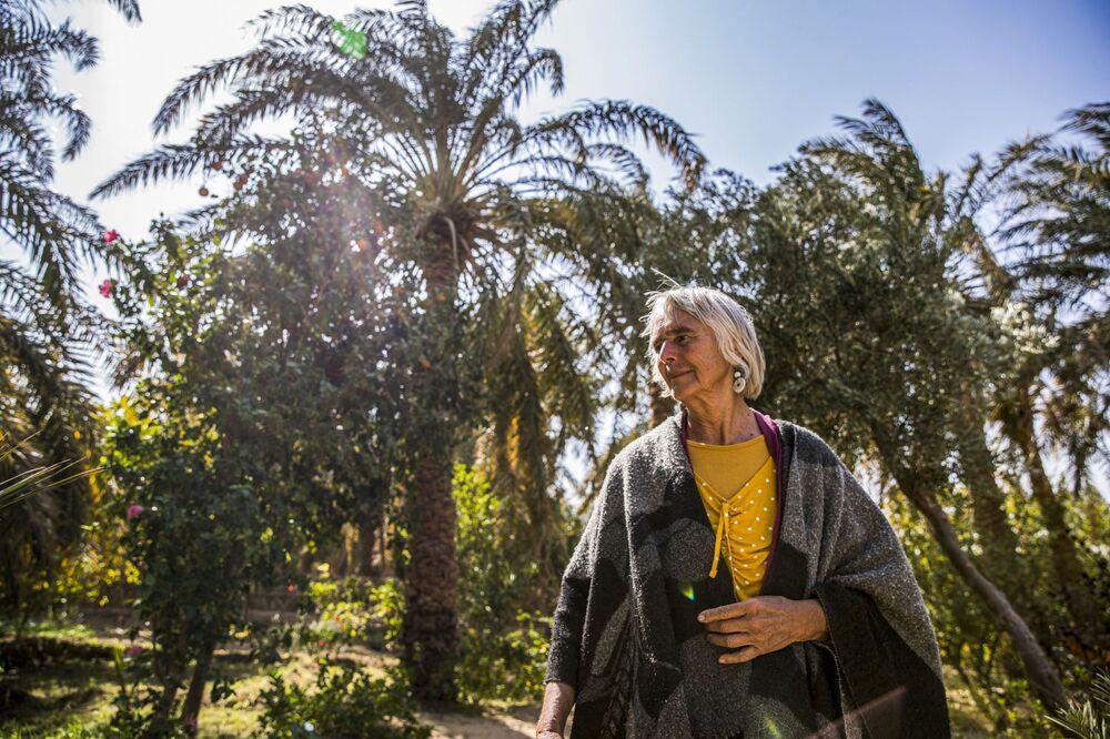 امرأة ألمانية، 72 عامًا، فريدل براون في فناء منزلها في بير الجبل بالقرب من الواحة في صحراء الداخلة، مصر 4 فبراير 2021