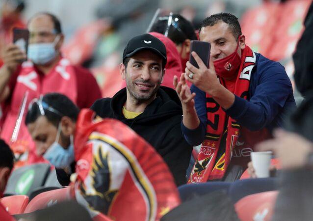 اللاعب المصري السابق محمد أبو تريكة في مدرجات جماهير الأهلي أثناء مباراة بايرن ميونخ في كأس العالم للأندية في قطر
