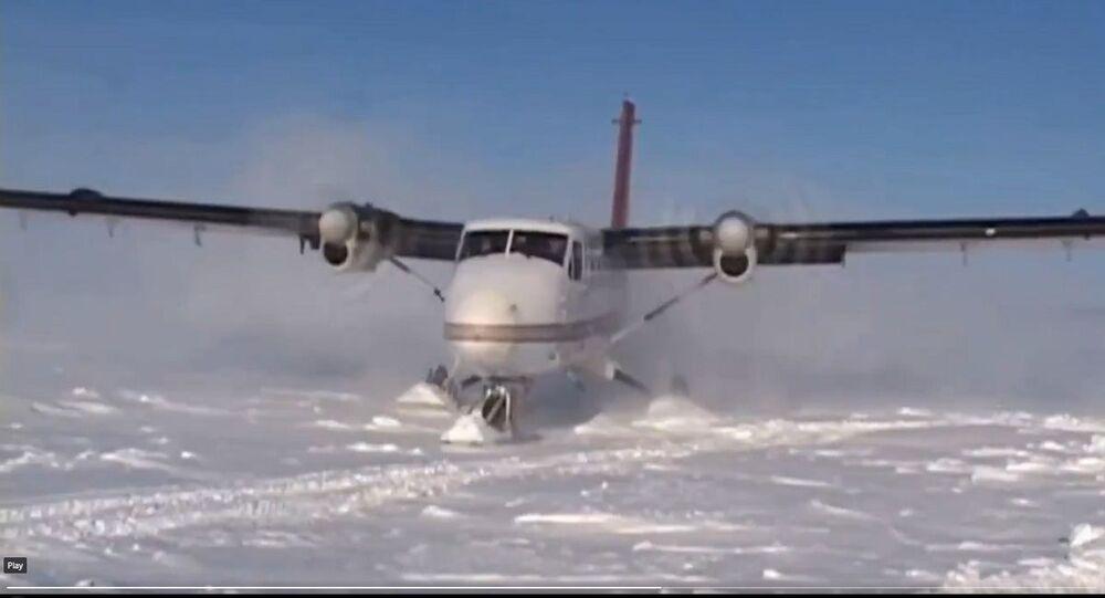 طائرة تتزلج على الجليد