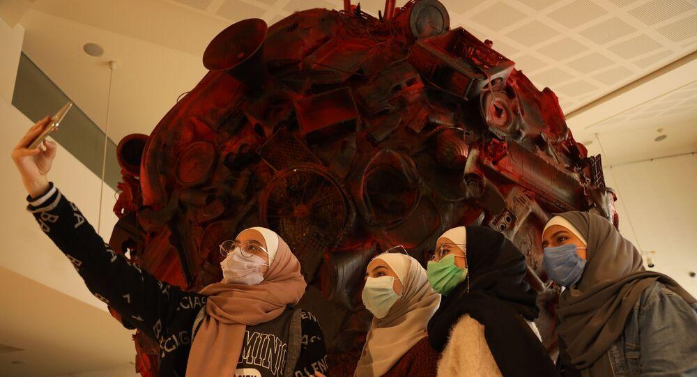 3 سورِيين يحولون بقايا الدمار إلى أعمال فنية