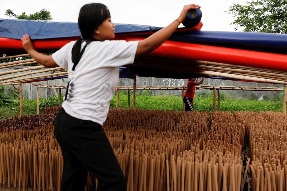 صناعة أعواد البخور، قبل السنة القمرية الصينية الجديدة، في تانجيرانج، في ضواحي جاكرتا، إندونيسيا، 10 فبراير 2021