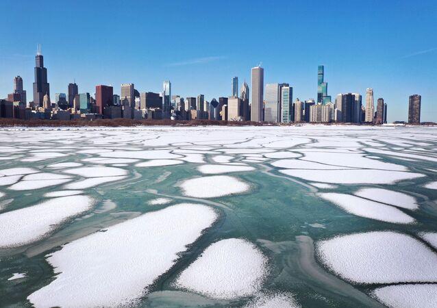 تصوير جوي لبحيرة ميشيغان بها قطع من الجليد بالقرب من مدينة تشيكاغو، حيث شهدت أدنى درجات الحرارة منذ عقود، ولاية إلينوي، 09 فبراير 2021