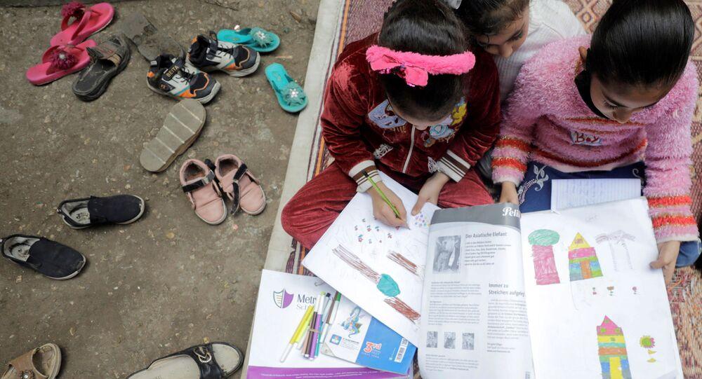الأطفال خلال حصة الفتاة المصرية ريم الخولي، 12 عاماً، في حيها حيث لاتزال المدارس مغلقة وسط جائحة فيروس كورونا (كوفيد-19)، في قرية إتميدة بمحافظة الدقهلية، مصر، 7 فبراير 2021