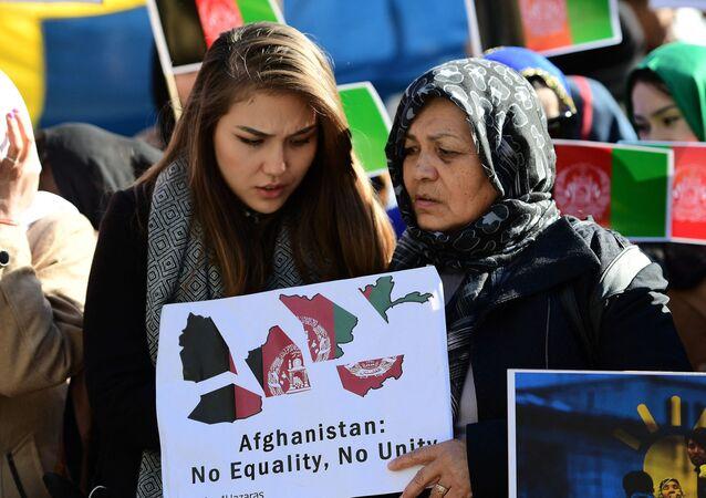 نساء أفغانيات يشاركن في احتجاج يطالب الحكومة الأفغانية بوقف التمييز ضدهن