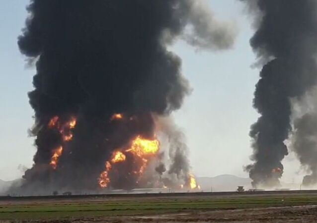 تصاعد حريق ودخان من انفجار ناقلة غاز في هرات بأفغانستان في 13 فبراير/ شباط 2021
