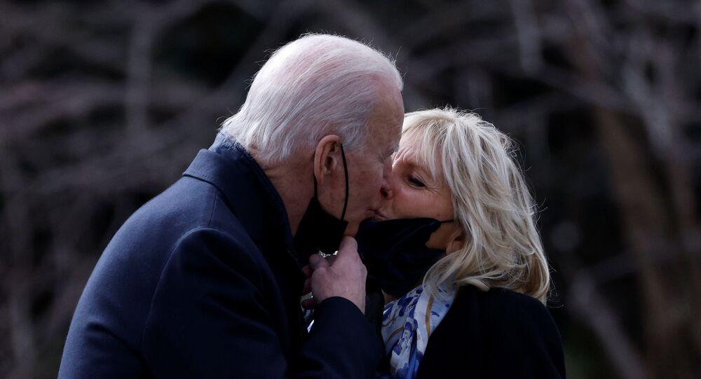 الرئيس الأمريكي، جو بايدن، يقبل زوجته جيل بايدن، قبل مغادرته البيت الأبيض في العاصمة الأمريكي واشنطن، 29 يناير/ كانون الثاني 2021