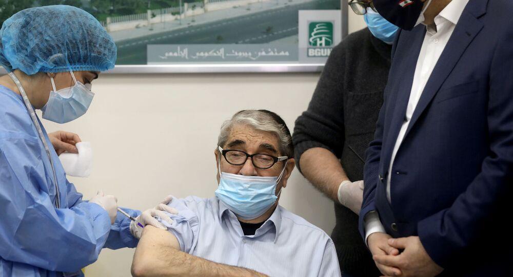 الفنان اللبناني صلاح تيزاني، المعروف باسم أبو سليم، يتلقى الجرعة الأولى من لقاح فايزر