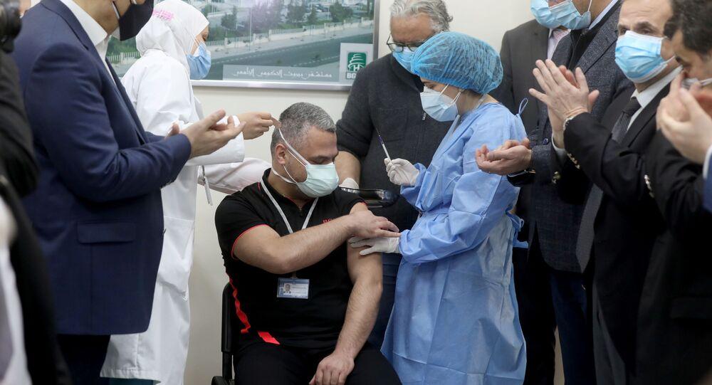 رئيس وحدة العناية المركزة في مستشفى رفيق الحريري، محمود حسون، يتلقى أول جرعة من لقاح فايرز/ بيونتك ضد فيروس كورونا المستجد في مستشفى رفيق الحريري الجامعي في بيروت، لبنان، 14 فبراير/ شباط 2021