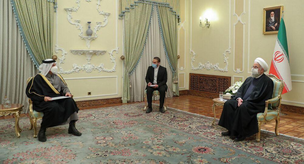 الرئيس الإيراني حسن روحاني، خلال استقباله وزير الخارجية القطري محمد بن عبد الرحمن، في طهران