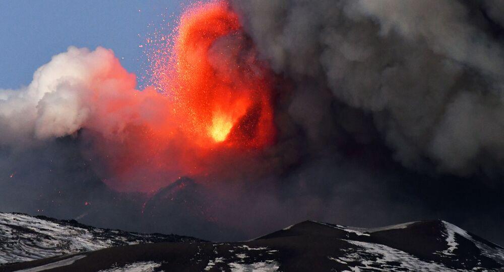 مشاهد مثيرة و مرعبة لثوران بركان إتنا في كاتانيا، إيطاليا، فبراير 2021