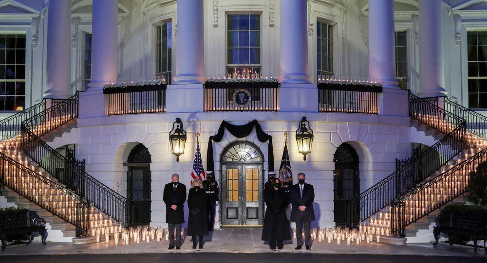 الرئيس الأمريكي جو بايدن ونائبته كاميلا هاريس بعد تخطي الوفيات 500 ألف جراء كورونا