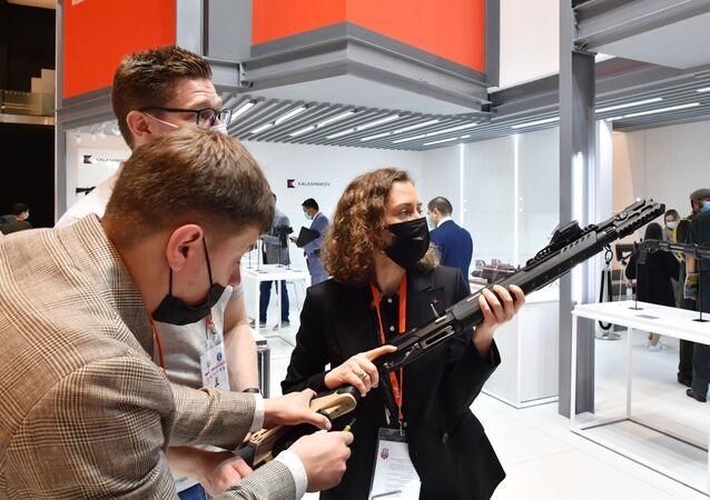 معرض الدفاع الدولي آيدكس 2021، أبو ظبي، الإمارات العربية المتحدة، 21 فبراير 2021 كلاشنكوف كلاشينكوف كلاشنيكوف
